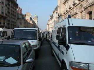 Drei- oder vierreihig stehende Polizeifahrzeuge in einer Seitenstraße der Rue Soufflot