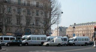 Zweireihig stehende Polizeifahrzeuge am Brunnen Saint-Michel