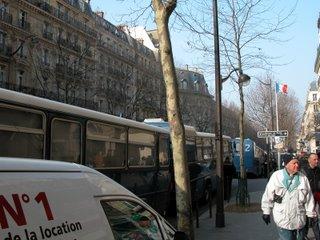 Antik aussehende Polizeibusse am Boulevard Saint-Michel