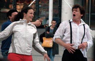 Eine Szene aus dem Schauspiel vor dem Centre Pompidou. Der Mensch rechts ist der, der das ganze angezettelt hat, die anderen beiden hat er mit reingezogen. Zwei weitere sind nicht im Bild. Aber ersterer macht seinen Job echt gut.
