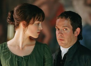 Keira Knightley als Elizabeth Bennet schaut auf Tom Hollander alias Mr. Collins herab.