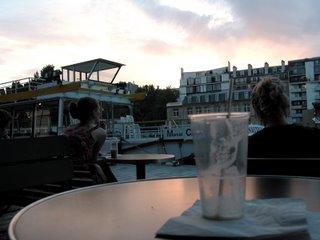 Der Blick von meinem Tisch am Quai de Loire auf das Bassin de la Villette. Im Vordergrund ein ausgetrunkenes Vanillemilchshake.