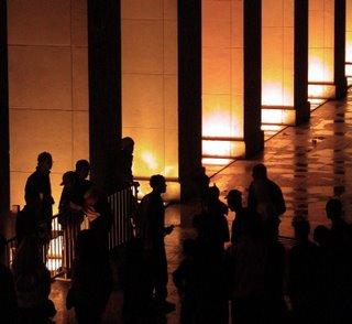 Vor den beleuchteten eckigen Säulen des Trocadéro haben sich ein paar Jugendliche zu Rapmusik das Mikrofon in die Hand gegeben.