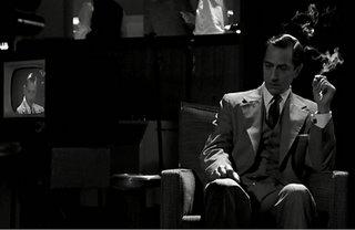 Cooler Typ mit Zigarette vor Fernsehkamera.