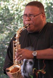 Einer der beiden Saxophonisten.