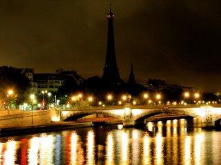 Der pechschwarze Turm über dem bunten Lichtermeer von Paris sah wirklich mal gespenstisch aus.