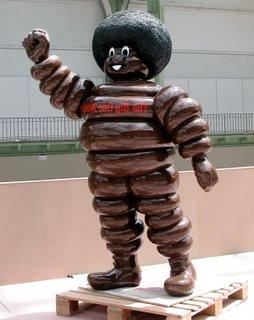 Das Michelinmännchen in schwarz! Wie geil ist denn so eine Idee?