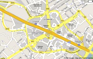 Ist es ein Plattwurm? Ist es ein Tumor? Neeeeeeiiiiiin, es ist eine grobe Draufsicht des Straßennetzen von La Défense. In der Vergrößerung wird die fraktale Heimtücke dieser Todesfalle erst wirklich offenbar.