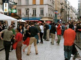 Leute beim Paartanzen auf den Straßen von Paris bei Beaubourg anlässlich der Fête de la Musique 2006.