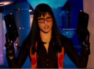 Überlila: Eine schlecht gekleidete Milla Jovovich ist stinksauer. Den Typen, der ihr die Sonnenbrille verkauft hat, erschießt sie während des ganzen Filmes nicht, deswegen ist nicht klar, auf was sie eigentlich so stinkig ist, denn hier hat sie noch keinen echten Grund. Aber der kommt schon noch und auch Gesichtsmuskeln haben ein Trägheitsmoment. Sehr ökonomisch, Milla!
