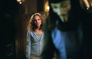 V ist der verschwommene Mann mit der albernen Maske, Evey die scharfe Frau im Hintergrund.
