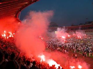 Nach dem Siegestreffer flammten Tribüne und Spielfeld rot auf.