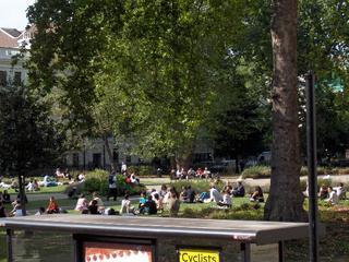 gente disfrutando de la hierba de los parques