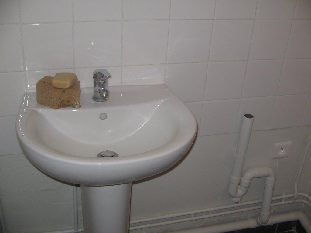 cm services voici la pose d 39 un lave mains et du carrelage mur et sol ainsi que w c. Black Bedroom Furniture Sets. Home Design Ideas