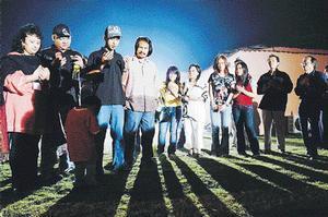 MAWI (tiga dari kiri) membaca doa selamat pada majlis penutup dan penyerahan bintang-bintang AF3 ke pangkuan keluarga masing-masing sambil diperhatikan M. Nasir (empat dari kiri) di Banglo Akademi Fantasia di Seri Kembangan, malam tadi.