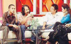 Mawi muncul bersama M. Nasir dan Loloq untuk membicarakan lagu Aduh Saliha bersama pengacara WHI, Syafinaz (kanan).