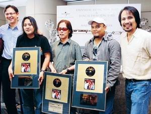 Sandy Monteiro (kiri), M. Nasir (kanan) dan anggota kumpulan Spider pada sidang akhbar di Hotel Westin Kuala Lumpur baru-baru ini.