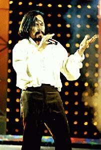 GAYA juara..M Nasir menyanyi-kan lagu Andalusia.