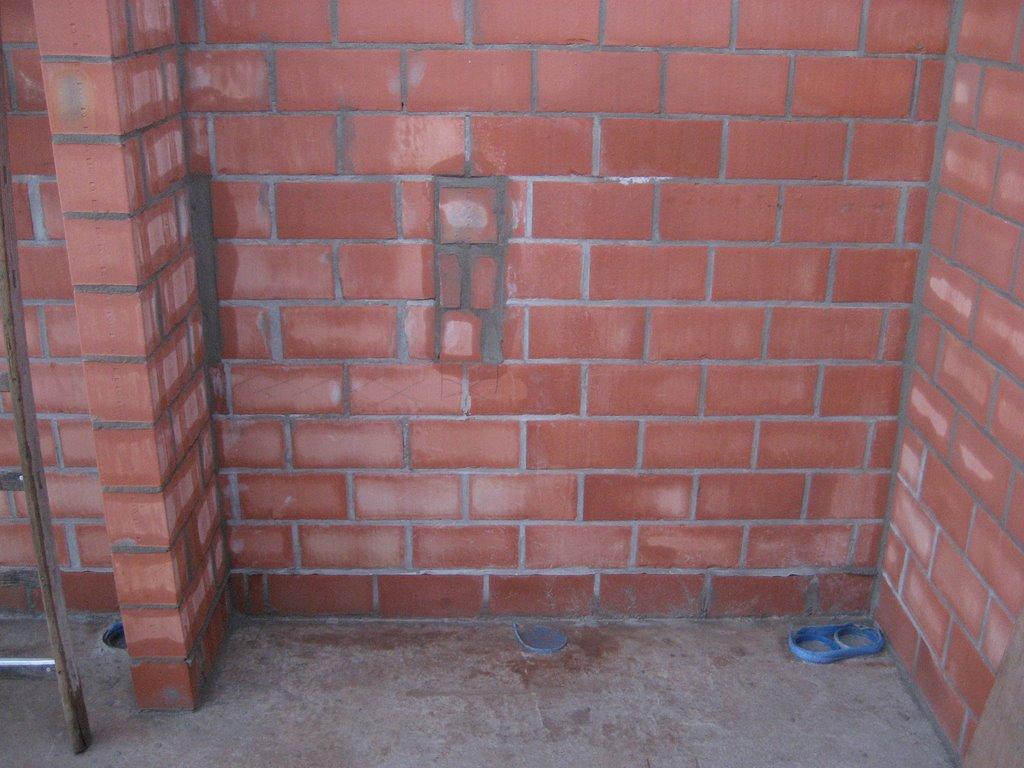 Boren in betonnen muur tegel - Imitatie natuursteen muur tegel ...