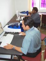 Rezal dan Shah sedang bertungkus lumus menyelesaikan masalah teknikal