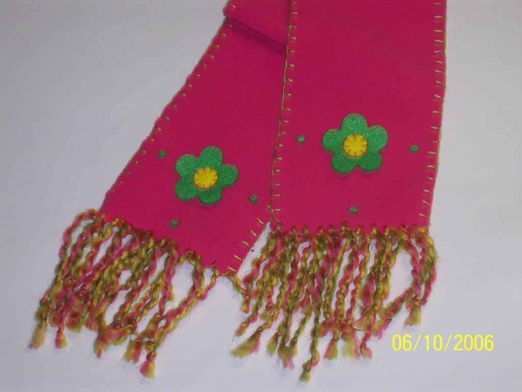Una linda opción para decorar las bufandas Hecha en tela (Polar en Colombia). El borde con doble hilo  8 en colores a tono, flores precortadas en paño