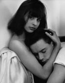 Foto de uma mulher abraçando um homem.  Jonnie Miles.