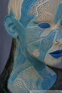 sculpture visage gris érodé fissuré