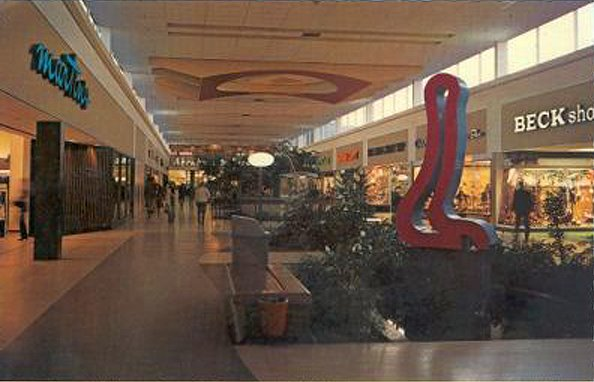 Malls of america vintage photos of lost shopping malls for Alexander s mural paramus