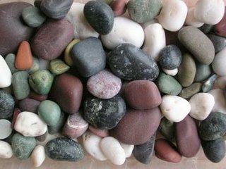 Sassi colorati raccolti su una spiaggia della Liguria