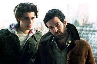 Louis Garrel e Romain Duris, em 'Dans Paris', de Christophe Honoré