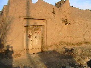 نمای درب ورودی خانهی قهرمان