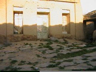 اتاقهای روبروی درب ورودی ساختمان که بعد از مرگ قهرمان ساخته شده و الان مسکونی است.
