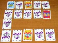 /></a>Každý  hráč dostane 10 karet s různou bodovou hodnotou. Ty postupně odkládají  do čtyř řad podle velikosti. Maximální počet karet v jedné řadě je ale  pět. Pokud musíte doplnit šestou, řadu si vezmete. Za každou hlavu krávy  na sebraných kartách dostanete <span style=