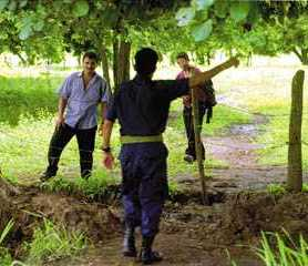 A Costa Rican  border police officer finds two Nicaraguans trying to illegally cross into Costa rica. File Photo - Julio Lainez/The Tico Times