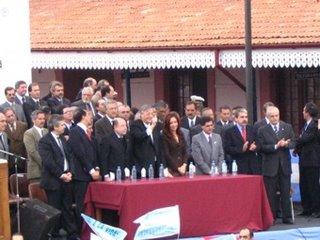 foto de quienes acompañaron al presidente en el acto
