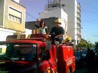 foto celular. Evangelina en Gualeguaychú sobre la autobomba saludando