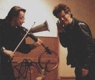 Gerd Bessler y Tom Waits acorralando un pollo con un stroh violin