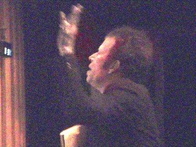 dirigiendo a la orquesta en londres. foto de richard strange. haz click para ir a su página web