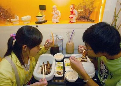 funny pictures amazing pictures weird pictures eating in the toilet restaurant