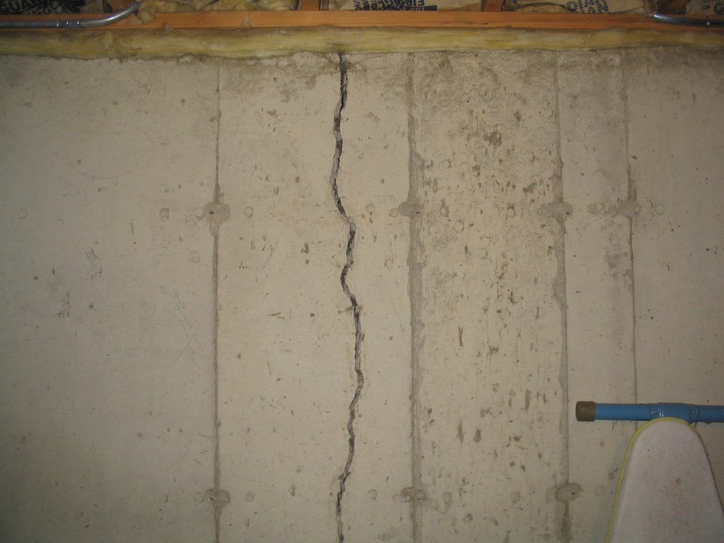Buying a house with settlement cracks nodetopp for Poured concrete foundation cracks