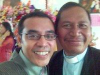 Saya dan Pak Pendeta Sipayung. Hmm, ingin deh punya baju kayak Pak Pendeta. Nggak kalah kan wajah innocent saya sama Pak Pendeta? (Plaaak)