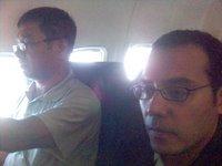 Di atas pesawat, saya dan Tulang Etek yang sedang membaca Koran. Serius kali bah, tulang ini.