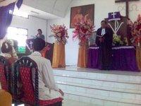 Kedua mempelai mendengar khotbah Pak Pendeta. Aku dan seisi rumahku.....
