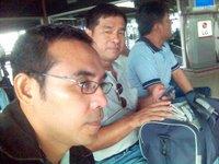 menunggu di ruang tunggu bandara Soekarno Hatta, dari kiri: saya, Tulang Etek dan Tulang Godang. Mana yang Paman, mana yang keponakan, tak jelas lagi.