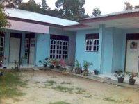 Rumah pendeta (kiri) dan rumah Bivo. Biru muda segarrrr…