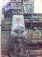 Saya bersemedi ala patung di candi Borobudur. Itu blangkon sudah dua hari bertengger di kepala saya....