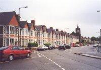Jalan Katedral di kota Cardiff, tempat penginapan kecil berbaris di pinggir jalan