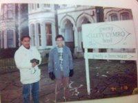 Budiana, wartawan Pikiran Rakyat (kiri) dan saya di depan hotel Llety Cymro