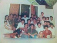 Duduk di lantai di ruang TV asrama mahasiswa Wisma Sejahtera di Bandung. Saya duduk di depan tengah, berjaket hijau