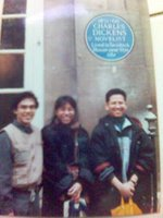 Dari kiri: saya, Lela Madjiah dan Rizal Sukma di depan eks ruang kerja pengarang kesohor, Charles Dickens